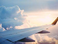 하늘을 나는 비행기 창밖 구름 풍경