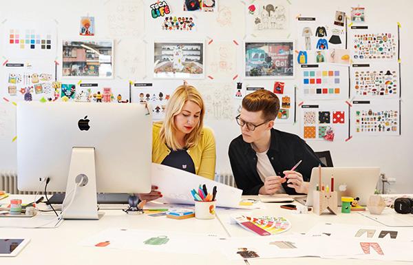토카라이프 디자이너 둘이서 일하는 모습